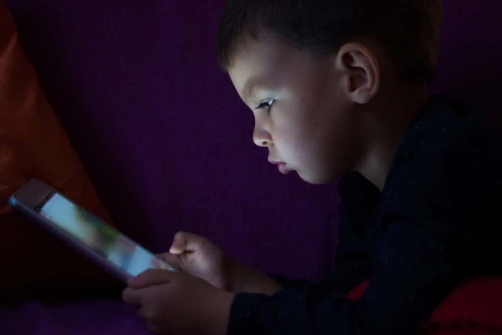 i problemi di minori bambini adolescenti e uso di tablet, smartphone e cellulari